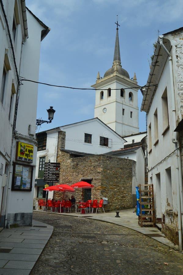 美丽如画,狭窄,弯曲的和艰难街道在卡斯特罗波尔和圣地亚哥Apostol教会的Capanary在背景中 免版税图库摄影