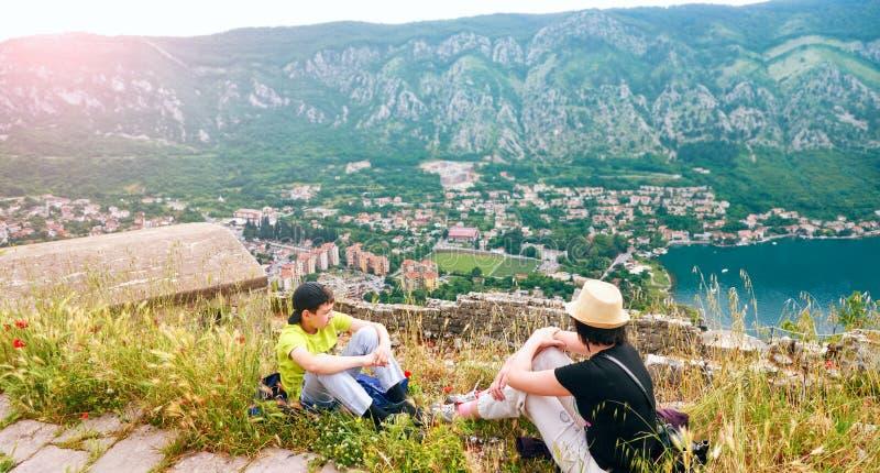 美丽如画的海观点的博卡队Kotorska,黑山,科托尔老镇 从空气的射击,从山设防,宽 库存图片