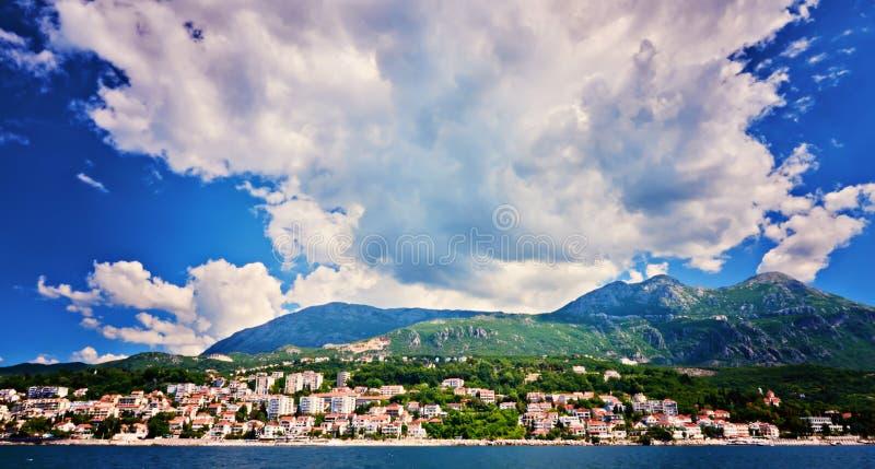 美丽如画的海观点的博卡队Kotorska,黑山, Herzeg Novi老镇堡垒 广角的射击,日落 库存图片