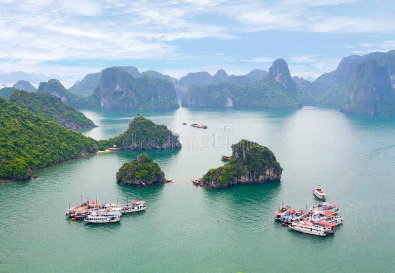 美丽如画的海风景。下龙市海湾,越南 库存图片