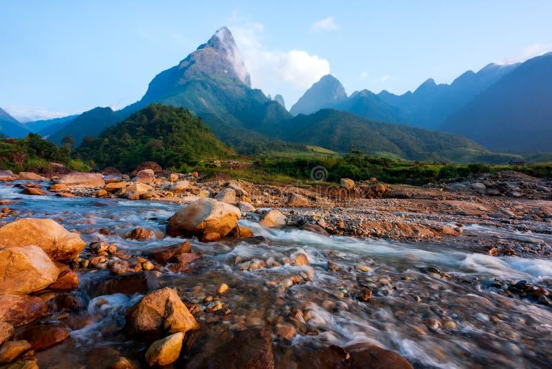 美丽山脉、溪流和稻田的壮丽景观11 免版税库存照片