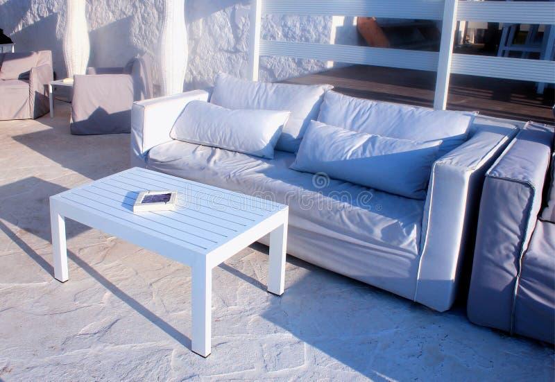 美丽放松与白色沙发, Grete,希腊的大阳台 免版税库存照片