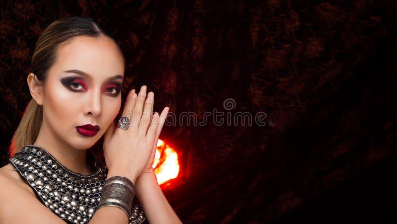 美丽时尚亚裔妇女白肤金发的黑色头发 库存照片