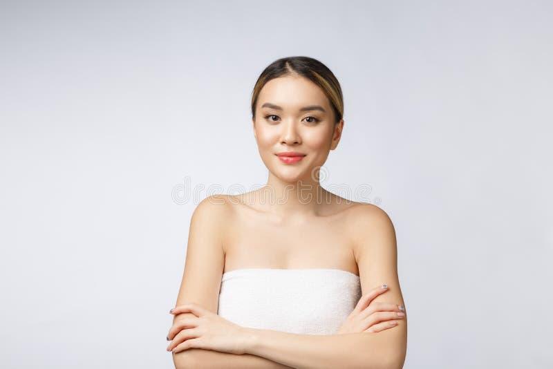 美丽有吸引力的迷人的亚洲年轻女人微笑如此感觉幸福的和快乐与健康皮肤,被隔绝  免版税库存图片