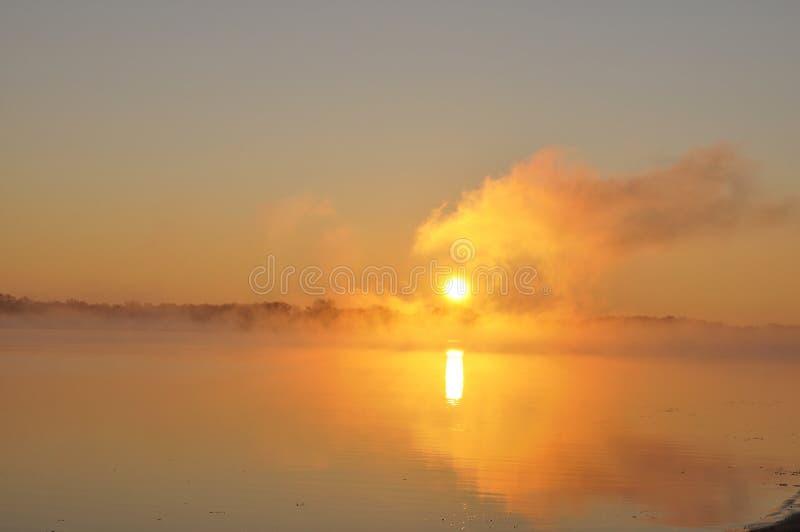 美丽有雾在河sunrize 免版税库存照片