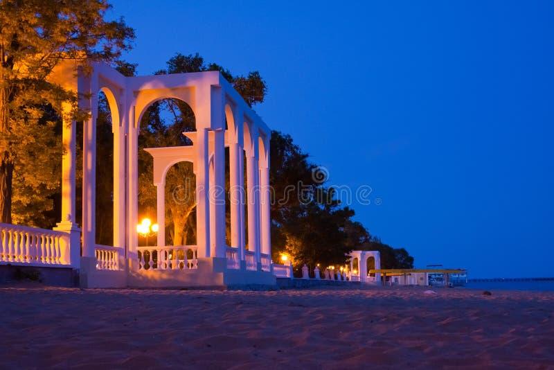 美丽白色圆形建筑在海岸在Evpatoria夜 免版税库存照片