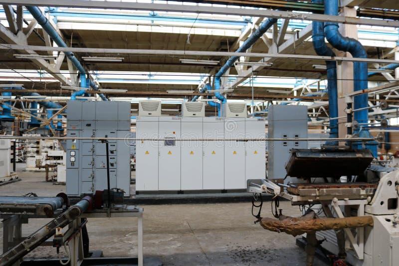 美丽的一条生产线的金属工业设备在一棵建造机器的植物,与机床的一台传动机的产品的 免版税库存图片