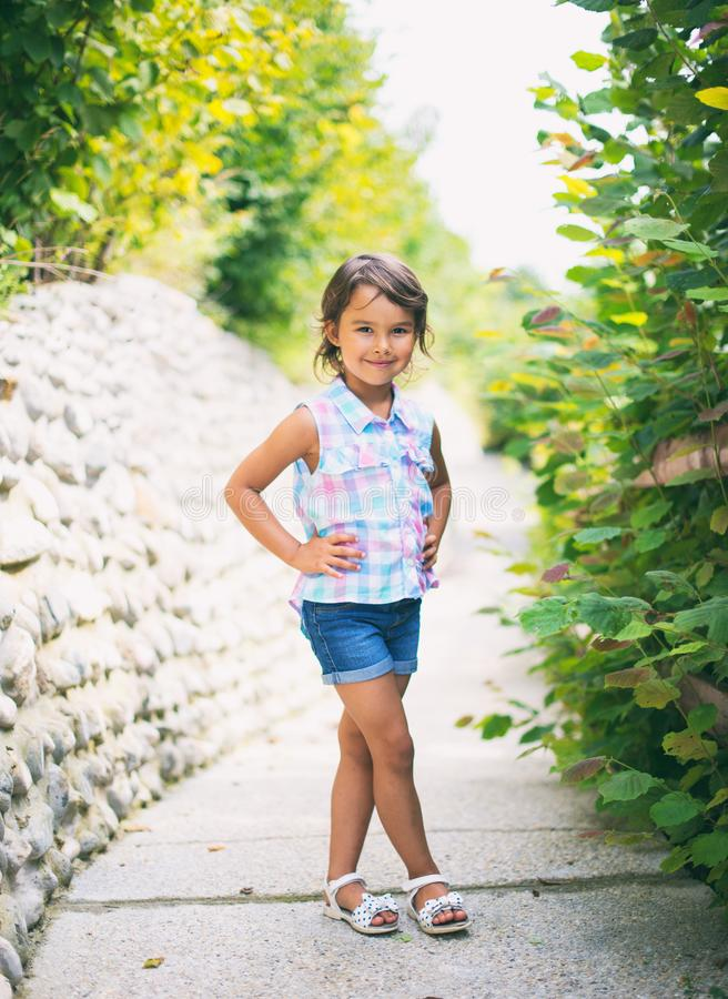美丽的一点和smilling时尚的女孩 免版税库存图片