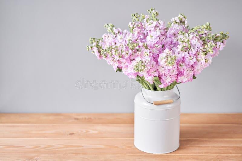美丽的丁香花 木桌花瓶春花 送花 免版税库存图片