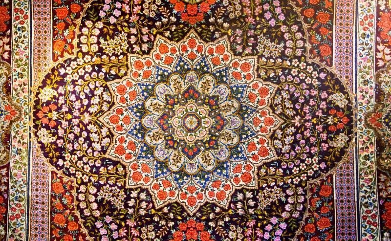 美丽的东方波斯地毯的中央片段有五颜六色的纹理的 免版税库存图片