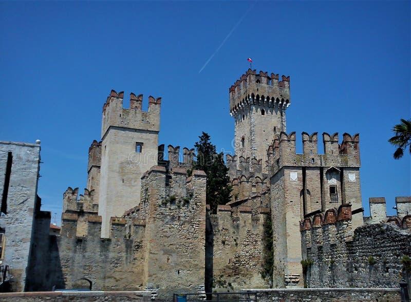 美丽的中世纪城堡在加尔达湖的,意大利西尔苗内飞星当旺的方位图片