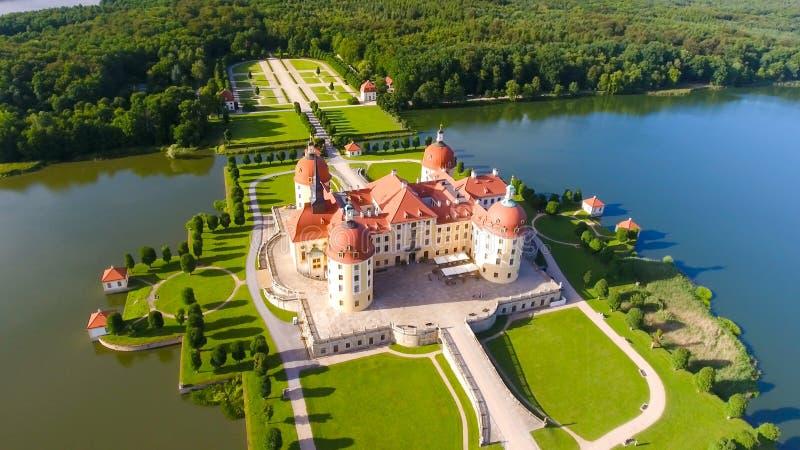 美丽的中世纪城堡鸟瞰图在水的 库存图片
