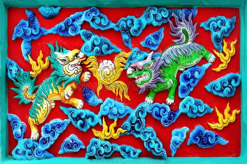 美丽的中国墙装饰:在中国寺庙墙壁上的五颜六色的两只老虎  库存图片