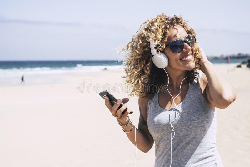 美丽的中年白种人夫人享受自由和一个假期的乐趣在热带海岛和好的手段的海滩 免版税库存图片
