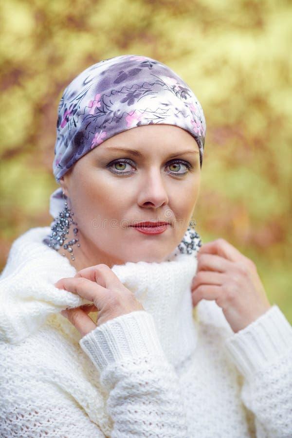 美丽的中年妇女癌症患者佩带的头巾 免版税库存图片