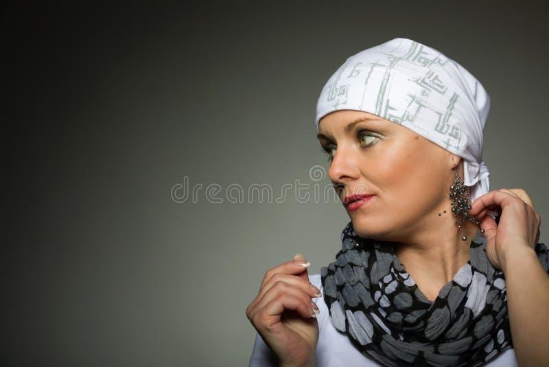 美丽的中年妇女癌症患者佩带的头巾 图库摄影