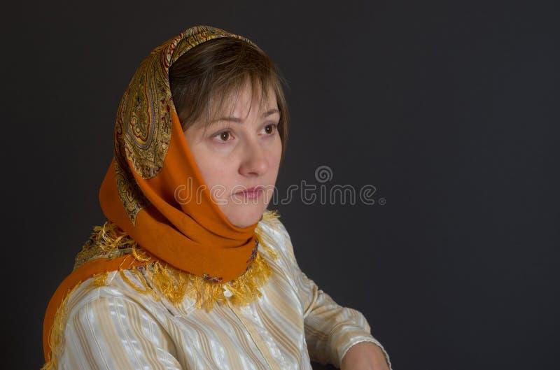 中年妇女肥白抽�_美丽的中年白种人妇女佩带的披肩
