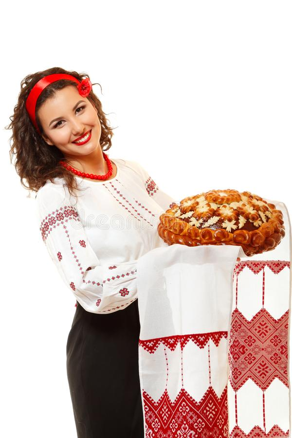 美丽的乌克兰年轻好客的妇女在当地服装hol中 免版税库存照片