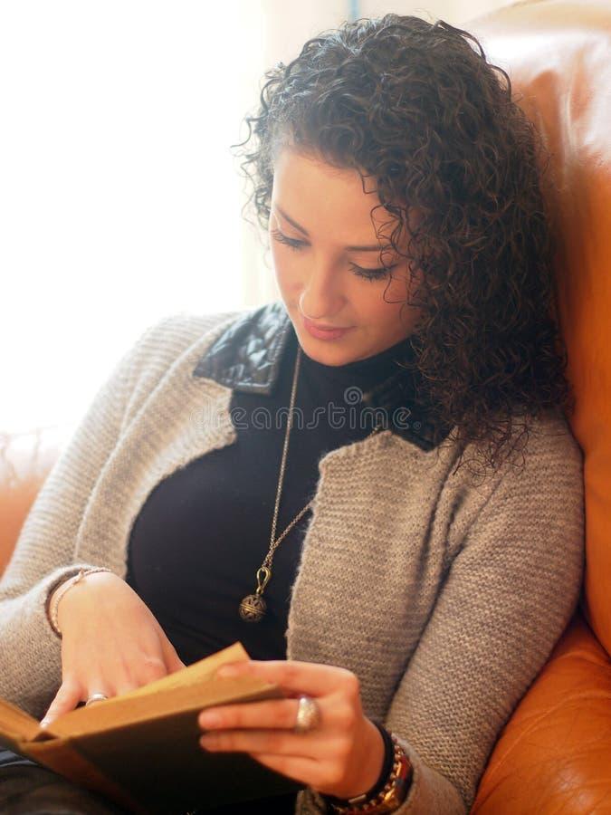 美丽的书读取妇女 免版税库存照片