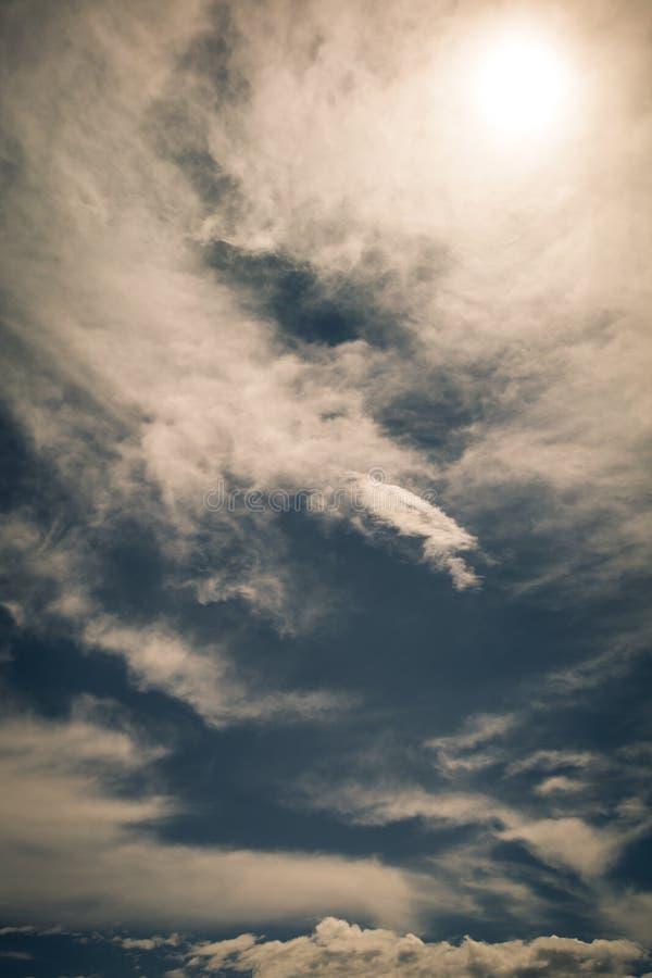 美丽的云彩和天空与后边太阳 库存照片