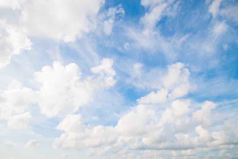 美丽的云彩和天空在早晨好 免版税库存照片
