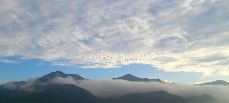 美丽的云彩和山鸟瞰图 库存图片