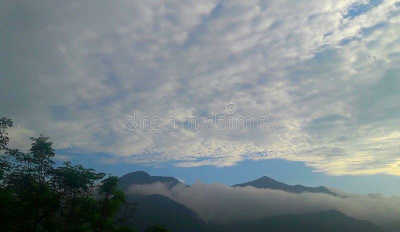 美丽的云彩和山鸟瞰图 免版税图库摄影