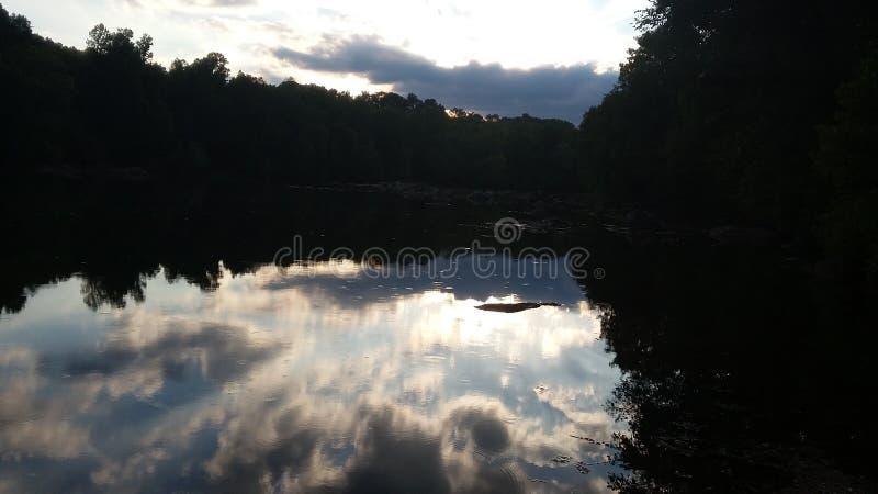 美丽的云彩在水中 免版税库存照片