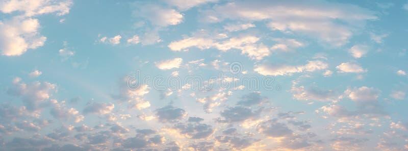 美丽的云彩有天空自然本底 免版税库存图片