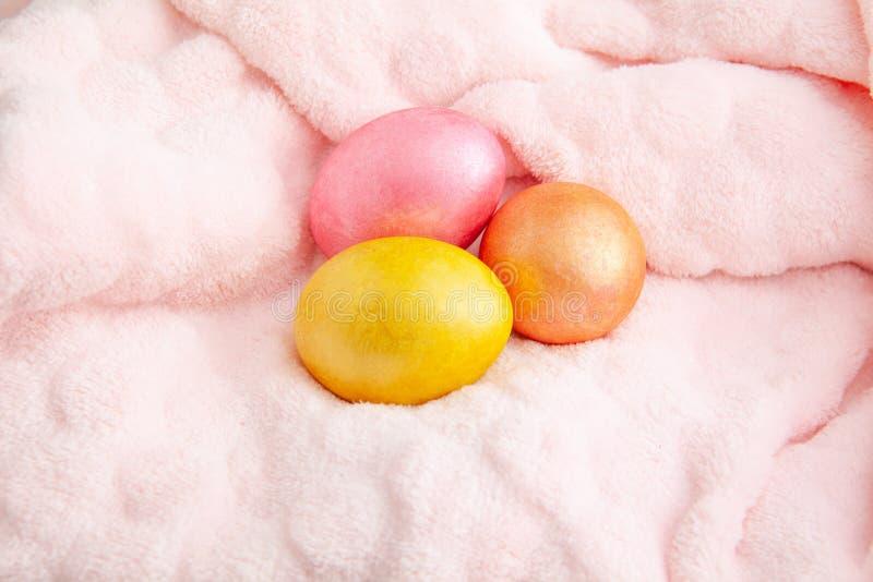 美丽的五颜六色的复活节彩蛋 在软的格子花呢披肩的复活节概念,顶视图 库存照片