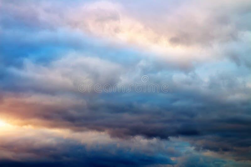 美丽的五颜六色的多云天空。多云抽象背景。 免版税库存照片