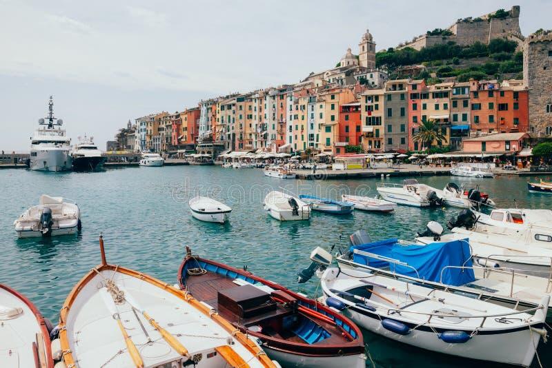 美丽的五颜六色的房子和小船在风景意大利村庄P 图库摄影