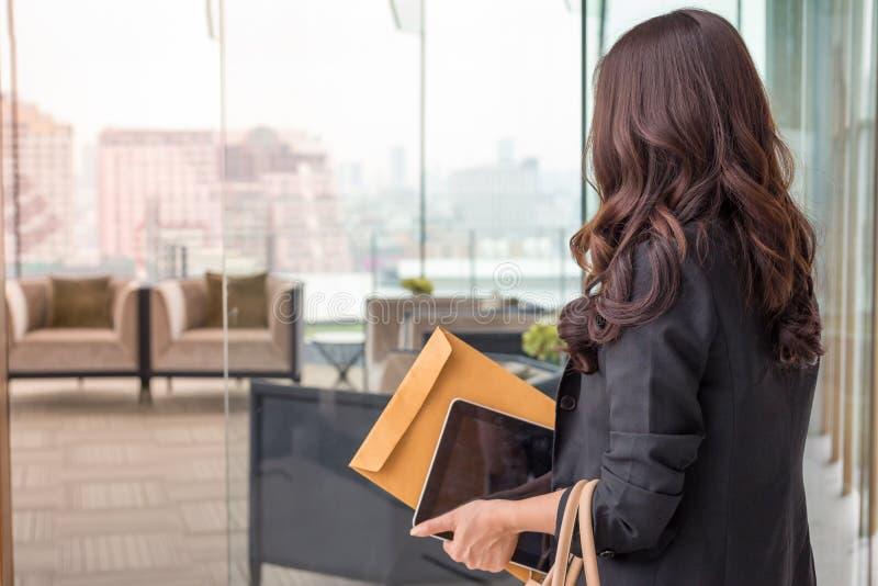 美丽的亚洲女商人 免版税图库摄影