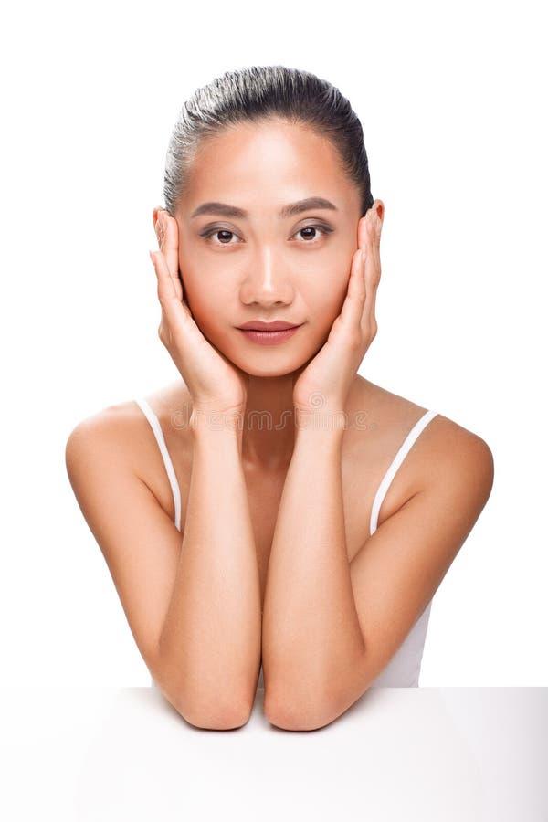 美丽的亚洲妇女面孔画象特写镜头与干净的皮肤的 免版税库存照片