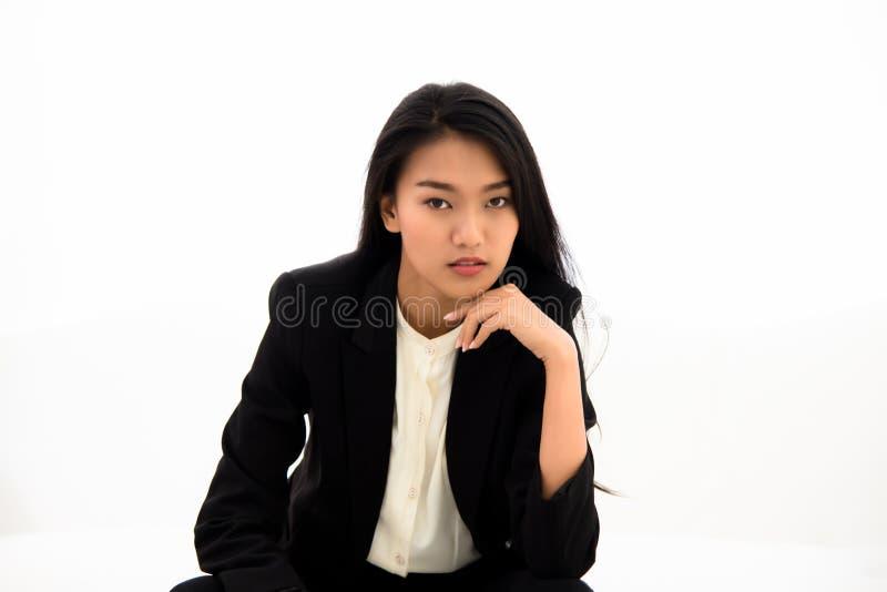 美丽的亚裔女商人坐白色沙发 库存图片