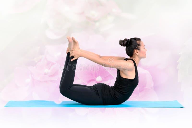 美丽的亚裔女子poseing的瑜伽 免版税库存照片