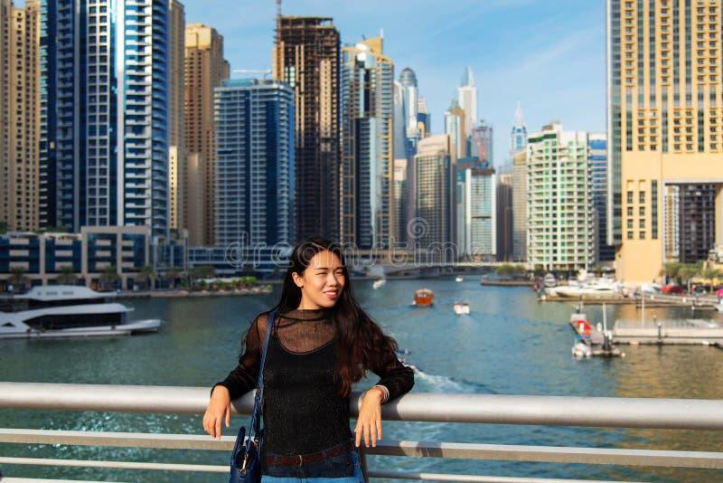 美丽的亚裔女孩在迪拜小游艇船坞 免版税图库摄影