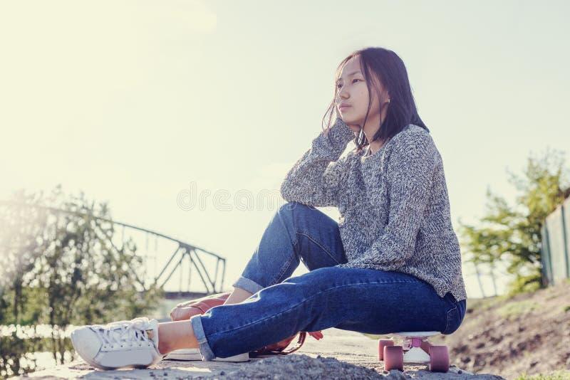 美丽的亚裔女孩女小学生15-16年,户外画象, 库存照片