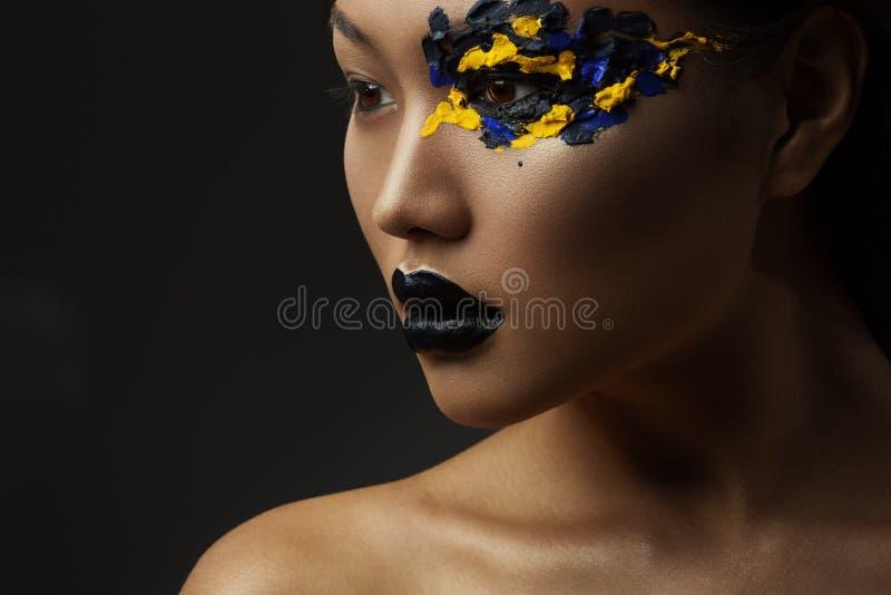 美丽的亚裔女孩的画象有创造性的艺术构成的与明亮的颜色 免版税库存图片
