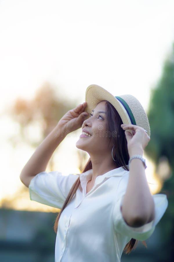 美丽的亚裔妇女暴牙的笑容画象特写激动站立幸福的室外 图库摄影
