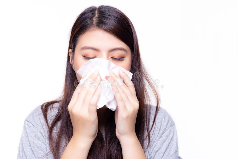 美丽的亚裔妇女有感冒或流感 她感到病和头昏眼花 俏丽的通过使用薄纸的女孩吹的鼻子 她有鼻 免版税图库摄影
