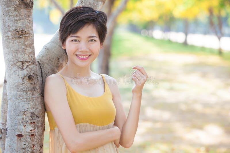 年轻美丽的亚裔妇女画象有短发的称呼t 免版税图库摄影
