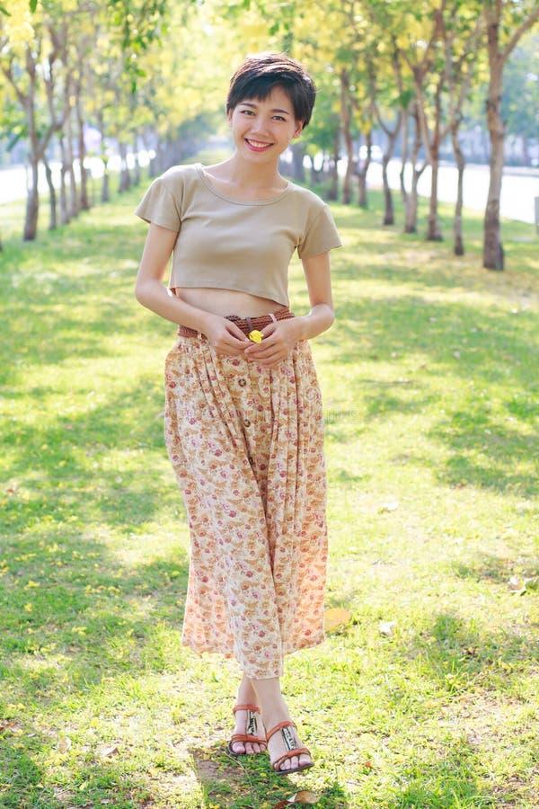 美丽的亚裔少妇画象有微笑的面孔standi的 库存照片