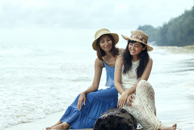 年轻美丽的亚洲人棕褐色皮肤妇女佩带的时尚画象  库存图片