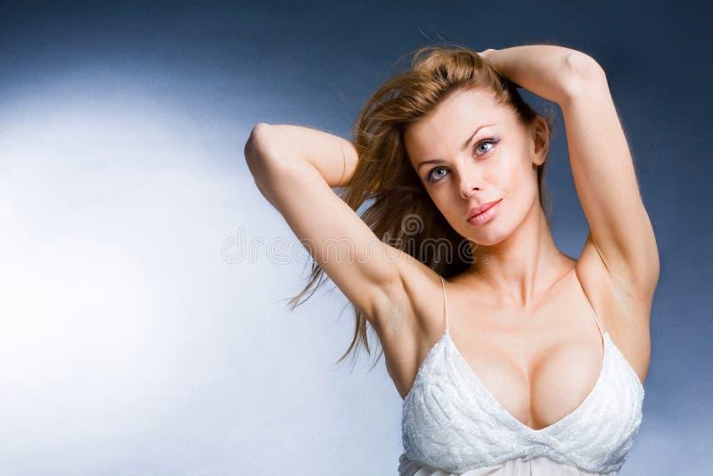 美丽的享用的纵向风妇女年轻人 图库摄影