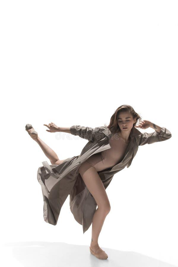 美丽的亭亭玉立的年轻女性现代爵士乐现代风格跳芭蕾舞者 免版税库存照片