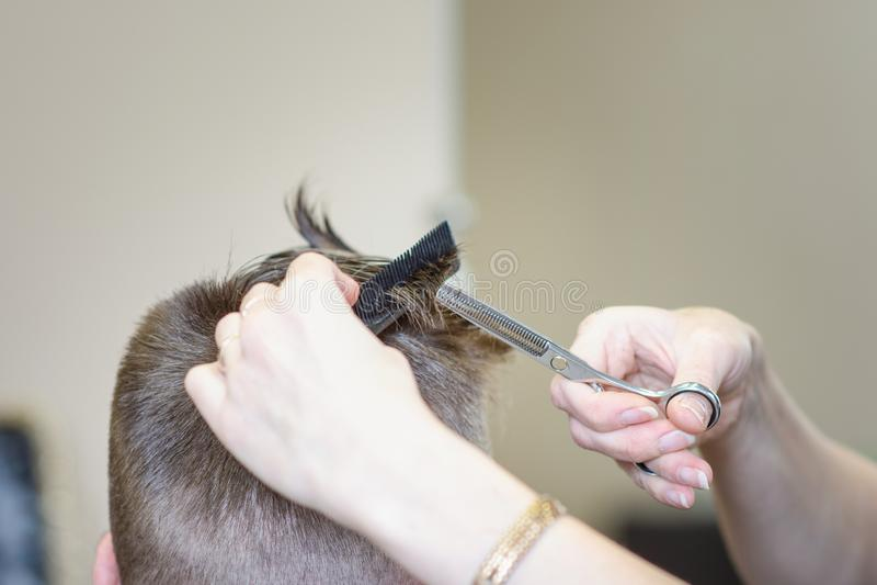 美丽的人的发型和理发在美发店或美发店 库存图片