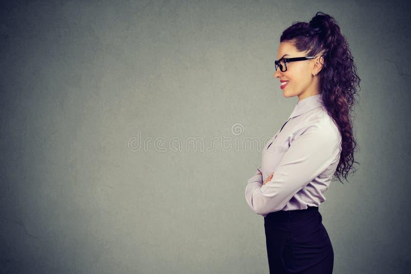 美丽的企业纵向微笑的妇女 免版税库存照片