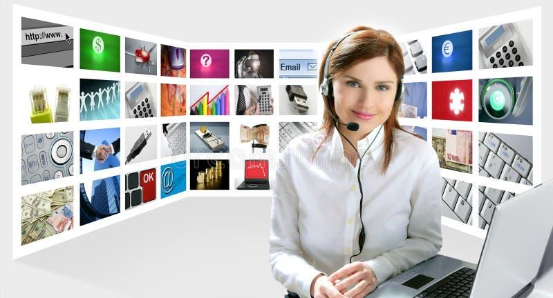美丽的企业耳机红头发人妇女 免版税库存照片