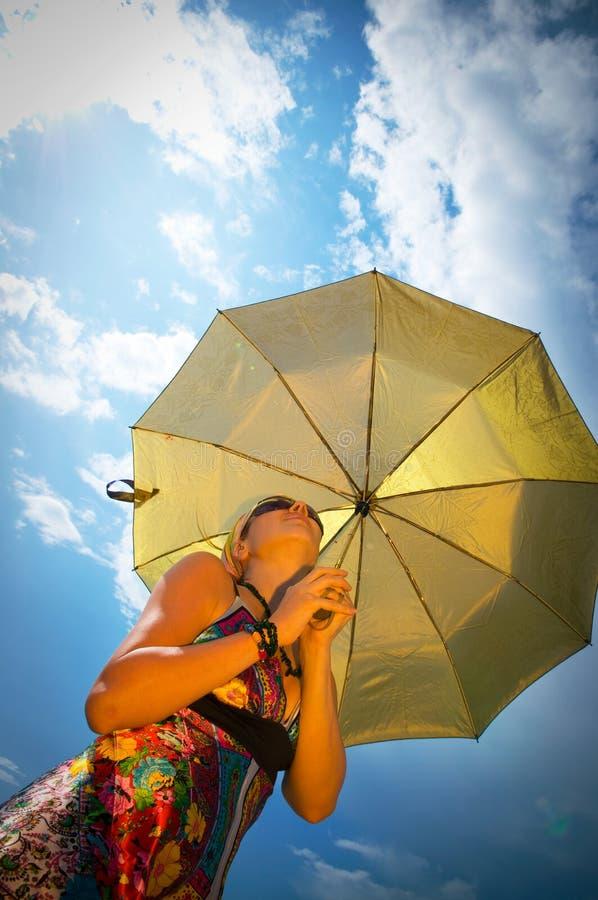 美丽的伞妇女年轻人 免版税库存图片